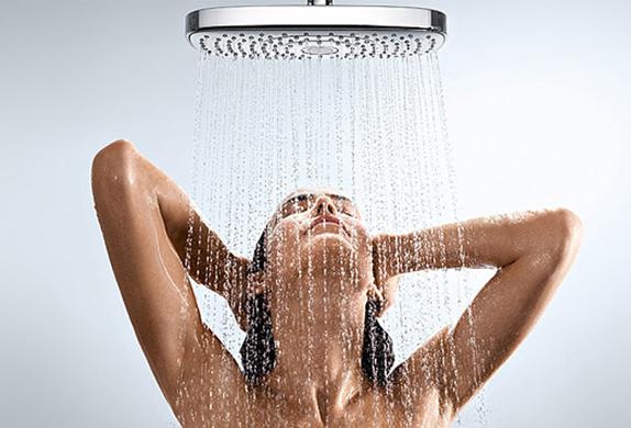 vrouwen onder de douche
